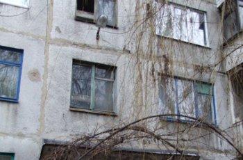 Женщина спускалась по лестнице, упала, вылетела в окно и разбилась насмерть